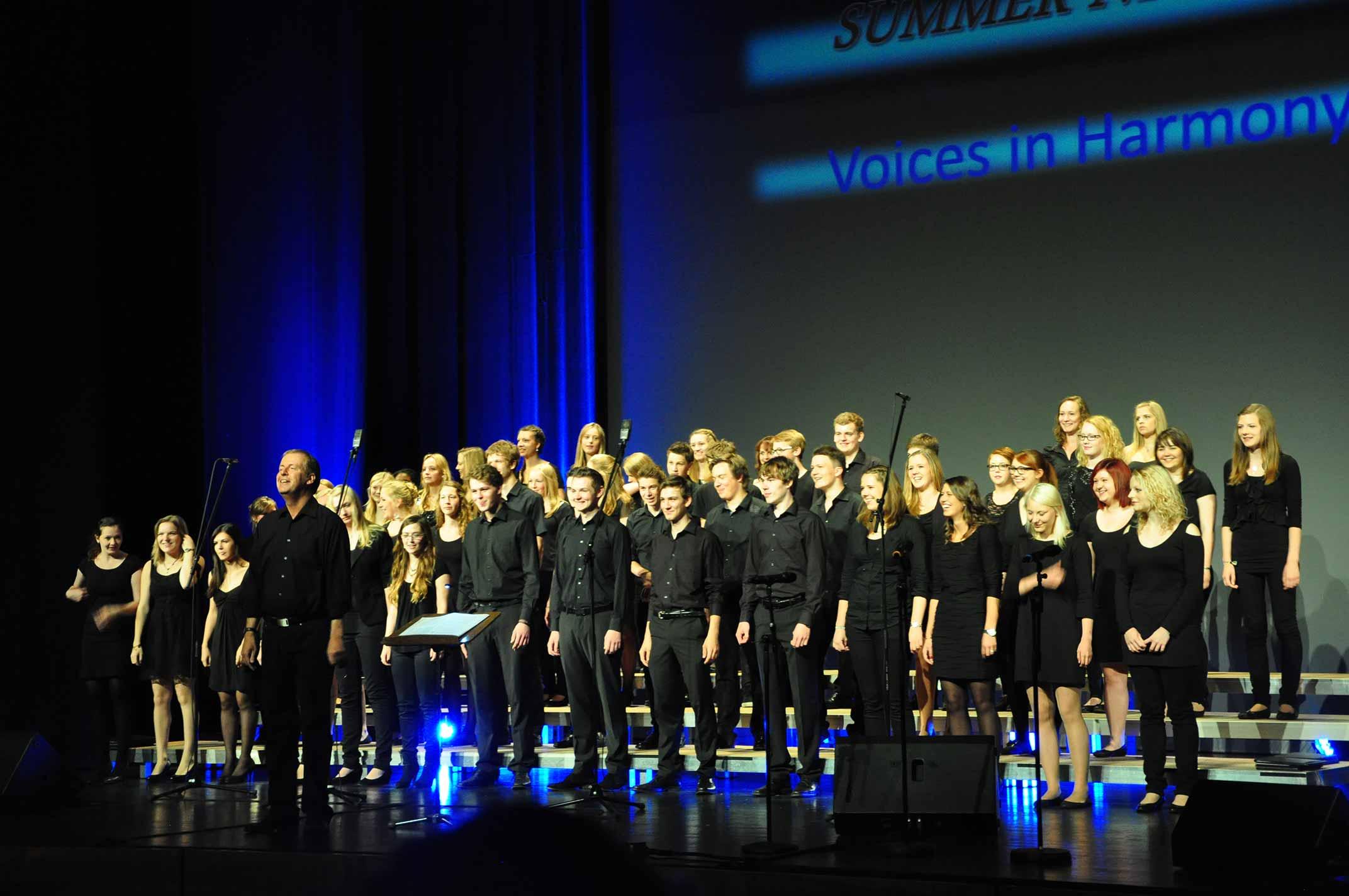 Jugendchor Voices in Harmony auf der Bühne