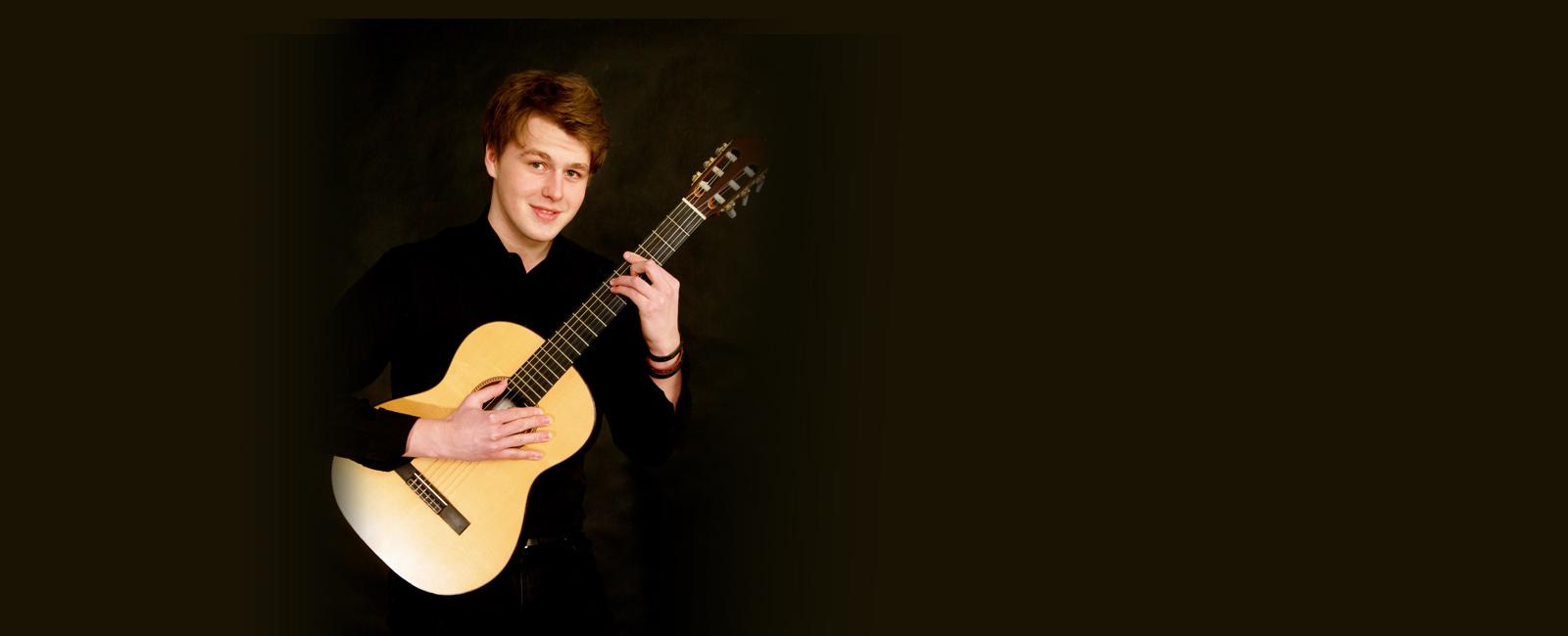 Sebastian Bulenda mit Gitarre